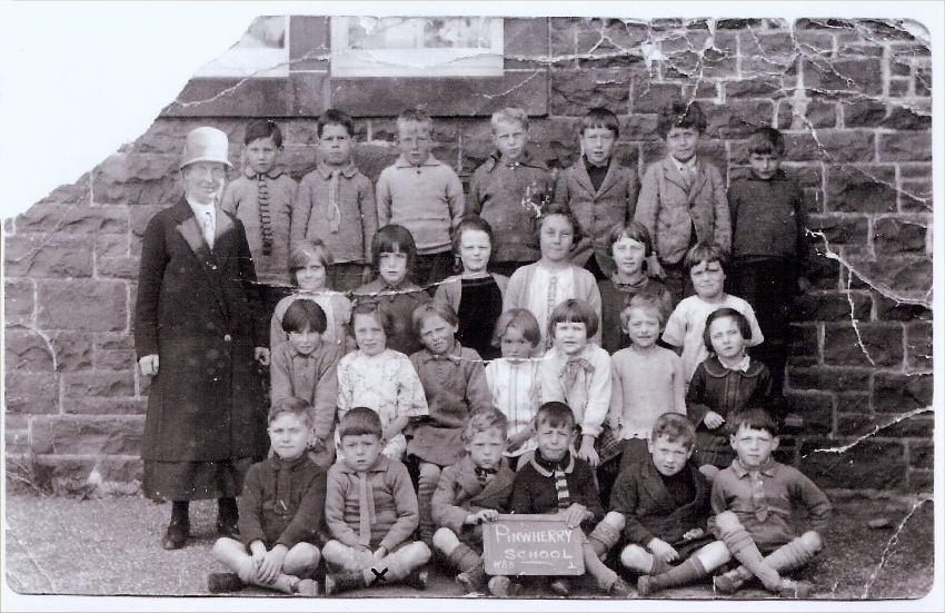 old-pinwherry-photos-8-the-school-infant-room-c-1927